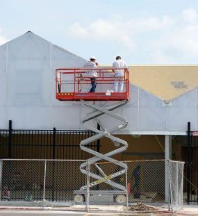 Ilustrační foto (www.shutterstock.com), vysokozdvižná pojízdná&nbspplošina
