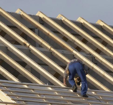 Ilustrační foto (www.shutterstock.com), běžný je i pohyb po latích či bednění střech