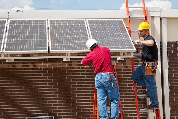 Ilustrační foto (www.shutterstock.com), instalace panelu (pro změnu fotovoltaika)