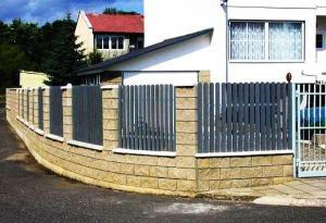 Foto: www.recyklace.cz, zděný plot s plastovou plotovou výplní