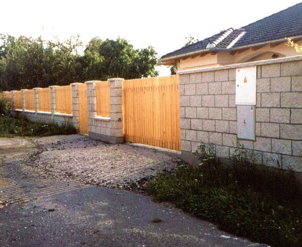 Foto: Musil, zděný plot z tvarovek, dřevěná plotová výplň