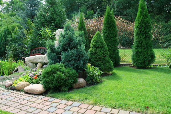 Pletivový plot je často doplňován výsadbou okrasných dřevin a nebo živého plotu, ilustrační foto (www.shutterstock.com)
