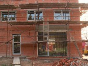 Foto: KMM OKNO, okna osazená do hrubé stavby domu