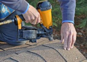 Foto: www.shutterstock.com, přibíjení asfaltového šindele