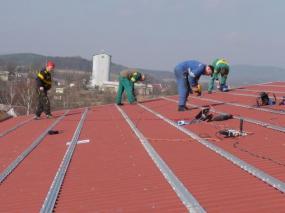 Foto: SOLARENVI, kotvení panelů na průmyslovém objektu