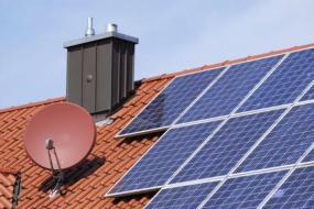 Ilustrační foto (www.shutterstock.com), fotovoltaika na šikmé střeše rodinného domu