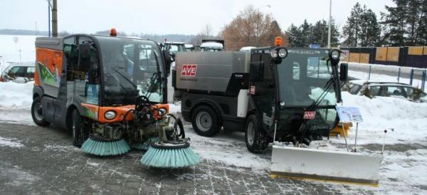 Novinkou je kloubový nosič JUNGOJET (vpravo), kompaktní zametací vozy Mathieu (vlevo) jsou stálicí