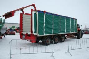Transportní vůz Kirchner TH 3047 s objemem korby 55 m3 vyloží svůj obsah za 120 s.