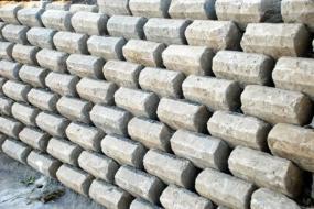 Foto: www.shutterstock.com, zpevňující betonové prvky v zahradě