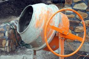 Foto: www.shutterstock.com, tradiční příprava betonu a jeho použití