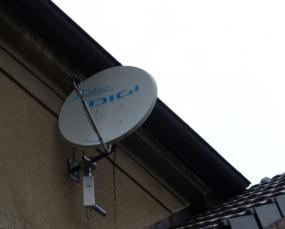 Foto: ČESKÉSTAVBY.cz, běžná satelitní anténa a konvertor na RD