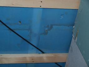 Foto: www.uspornedomy.cz, stopy po vodě, která natekla do stropní konstrukce