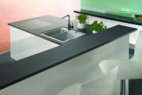 Kuchyně s keramickou pracovní deskou