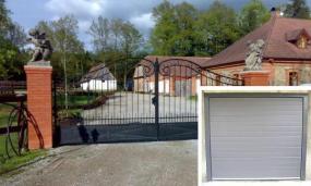 Foto: EUROBYT CB, křídlová brána a sekční garážová vrata EVO