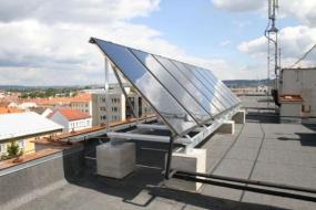 Foto: ZITO, kolektory na střeše panelového domu