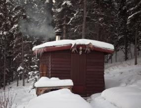 Ilustrační foto (www.shutterstock.com), sauna jako srubová stavba umístěná v přírodě