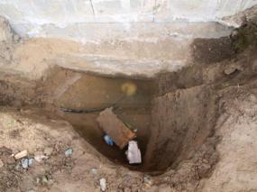 Foto: www.uspornedomy.cz, vyústění přípojky vody z domu neustále zalévala spodní voda