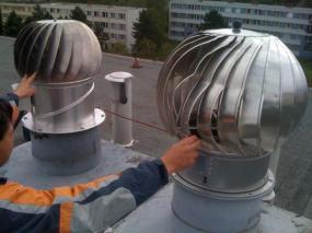 Vlevo turbína VIV české výroby po krupobití a vpravo zahraniční