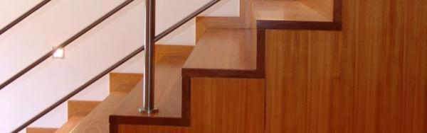 Ilustrační foto (www.shutterstock.com), detail dřevěného schodiště s kovovým zábradlím