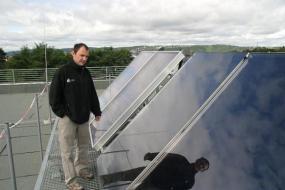 Foto: REGULUS, konkrétní instalace na ploché střeše bytového domu