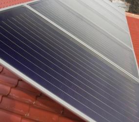 Ilustrační foto (www.shutterstock.com), solární kolektory na šikmé střeše