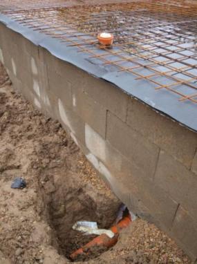 Foto: RD Rýmařov, příliš nízko umístěné vyústění domovní kanalizace