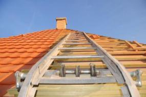 Ilustrační foto (www.shutterstock.com), doprava pálené krytiny na střechu