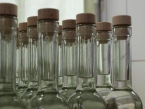 Foto: ČESKÉSTAVBY.cz, láhve ve výrobně - ještě bez etiket a kolků