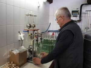 Foto: ČESKÉSTAVBY.cz, plnění lahví