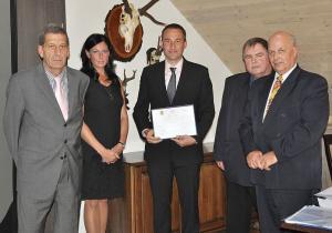 Převzetí ceny: zleva Michael Smola - SPS, Pavlína Janíková – MPO, David Vašíček – generální ředitel