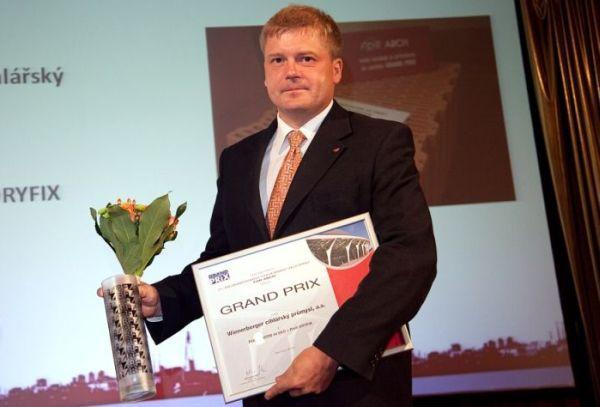 Foto: Wienerberger, Ing. Roman Busta přebírá ocenění GRAND PRIX FOR ARCH 2010