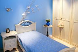 Ilustrační foto (www.shutterstock.com), Světlý nábytek v kombinaci s vhodnou světlou barvou stěny umožní i masivnější konstrukci postele, skříně a nočního stolku.