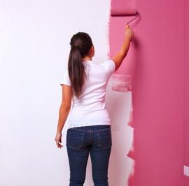 Ilustrační foto (www.shutterstock.com), Malba stěn - nejúčinnější zbraň. Strop ale pokud možno zanechte bílý, či alespoň světlý, jinak se místnost opticky zmenší a ztmavne.