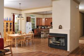 Ilustrační foto (www.shutterstock.com), Velký prostor je nutné vhodně a citlivě vyplnit. Dominantní solitér krbu uprostřed nás pak zahřeje - a to nejen opticky.