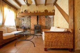Ilustrační foto (www.shutterstock.com), Rustikálně laděný interiér umožní i nerovné stěny, přiznané cihly, trámy a prkna. A podlaha? Proč ne tradiční keramická dlažba, pokud je pod ní podlahové vytápění.