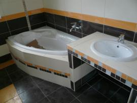 Pohled na jednu z mnoha variant řešení koupelny, vnitřní vybavení je řešeno zásadně individuálně.