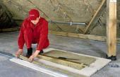 5. Plechové profily pro sádrokartonový obklad vyplníme proužky izolace s cílem omezení tepelných mostů.