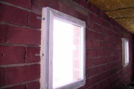 Obvodové zdivo s namontovanými okny