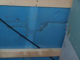 Záměrné porušení parozábrany (do stropů před zakrytím stavby napršelo), které muselo být následně utěsněno.