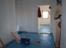 Parozábrana mezi podlahovou izolací a základovou deskou.