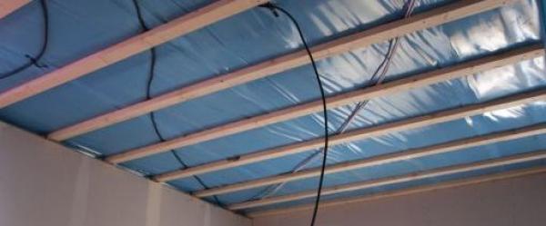 Parozábrana ve stropní konstrukci a rozvody elektřiny.