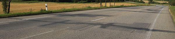 Ilustrační foto (www.shutterstock.com), opravená silnice - vyříznuté a nově zalité otvory