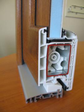 Foto: LD INVEST, řez profilem plastových vchodových dveří, povrch v dřevodekoru