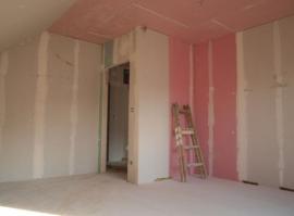 Růžový protipožární sádrokarton kolem budoucího komína