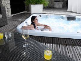 Zdroj: www.wellis.cz; Dopřejte si luxusní masáž ve vířivce. Vířivka Wellis Borneo pro 5 osob.