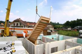 Foto: RD Rýmařov, montáž schodiště pomocí jeřábu