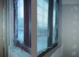 Redukované napojení interiérové příčky na úzké fasádní sloupky
