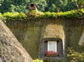 Ilustrační foto (www.shutterstock.com), zelená šikmá střecha - francouzský venkovský styl