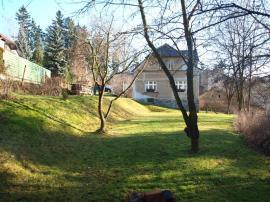 Foto: ČESKÉSTAVBY.cz, tento svah zpevníme půdokryvnými dřevinami, schodiště budou 2 - v přední i zadní části, s přístupem k domu a k posezení pod pergolou