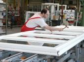 Foto: Internorm, Dnes zaměstnává Internorm více než 1.800 pracovníků. (obrázek vlevo:  výroba plastových oken vzávodě Sarleinsbach; obrázek vpravo: výroba skla v závodě Traun).